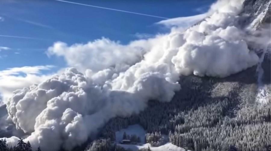 Drámai felvétel az Alpokban hömpölygő lavináról