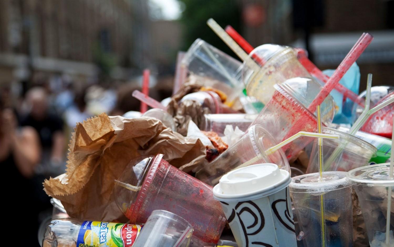 Végre! Betiltotta az EU az egyszer használatos műanyagokat!
