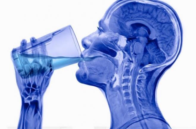 Itt van 10 figyelmeztető jel arra, ha nagyon kevés vizet iszol!