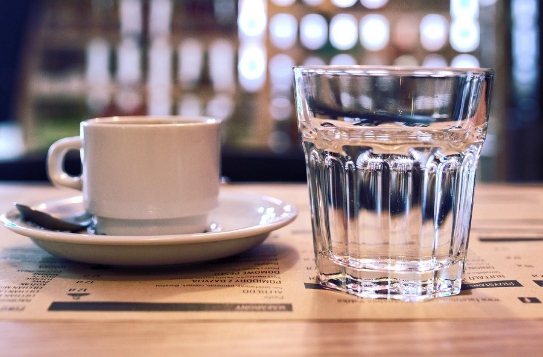 Jó tudni! Ezért adnak a kávéhoz egy pohár vizet a pincérek!