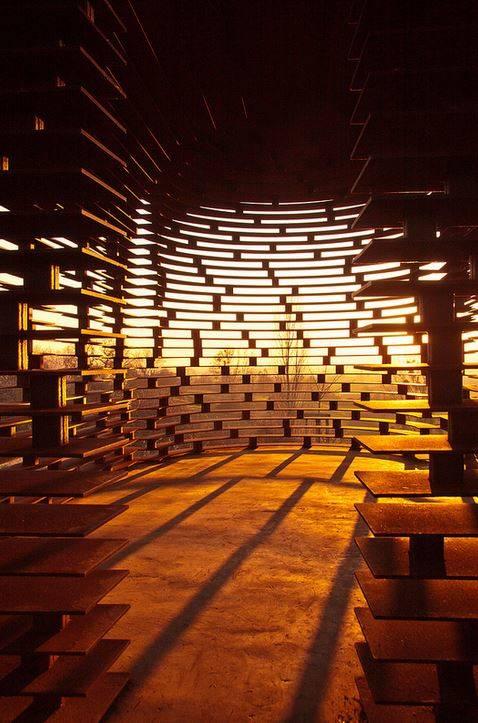 A legkülönlegesebb talán a bentről kifelé tekintés. Az acéllemezek lépcsőzetes egymásra építése által láthatóvá válik a környező táj, így lényegében ez adja a templom falát.