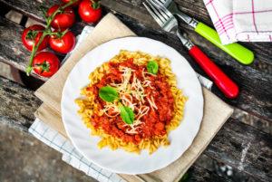 A kölestészta, melyet hagyományos bolognai mártás egészít ki, természetesen vegánosítva,  egy ideális könnyed nyári fogás!