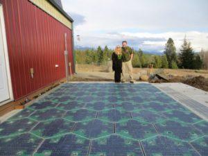 A fejlesztők garázsa előtt évek óta hiba nélkül működik a napelemes útburkolat.