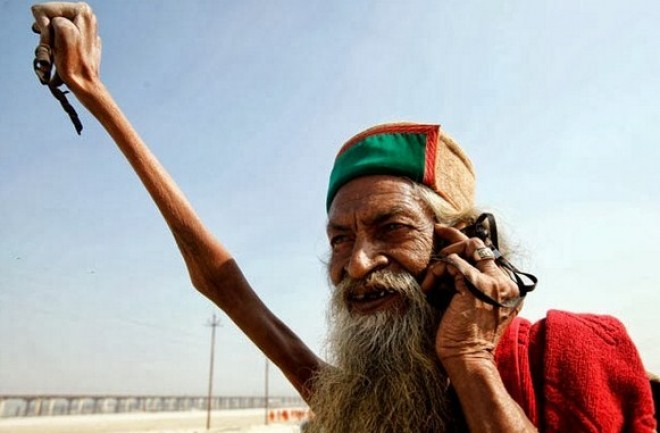Ez a férfi 43 éve tartja felemelve a karját!