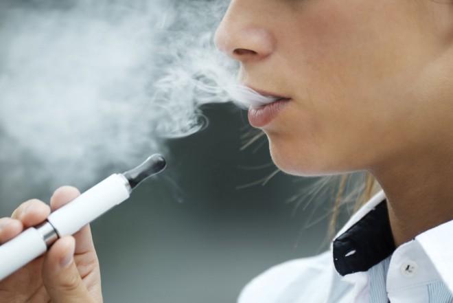 Dohányosok figyelem! Az e-cigaretta is károsítja az ínyt!