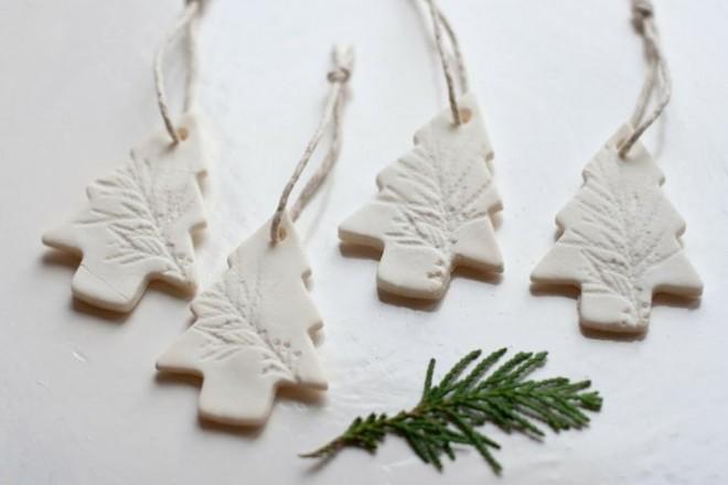 Vakítóan fehér karácsonyfadíszek szódabikarbónából -