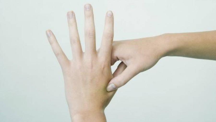 Négy akupresszúrás pontot a gyakori fájdalmak enyhítésére!