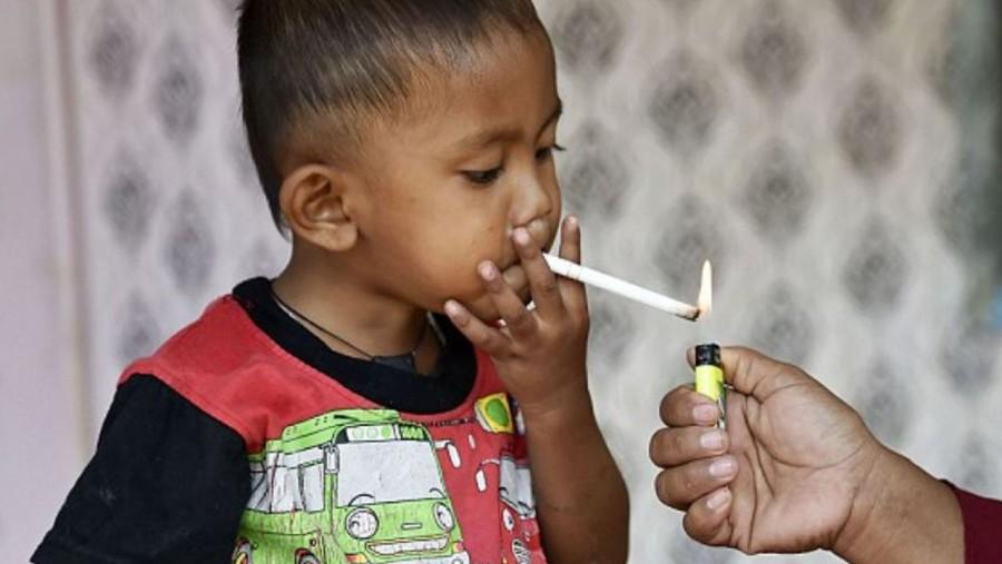 Döbbenetes! Napi 40 szál cigit szív el ez a kisfiú!