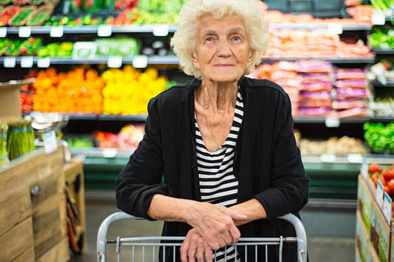 A pénztárosnő kioktatta az idős nénit, de az úgy helyre tette, hogy beléfagyott a szó