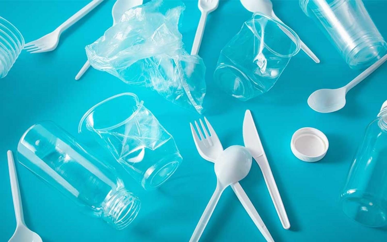 Júliustól tilos forgalomba hozni a legtöbb egyszer használatos műanyag terméket