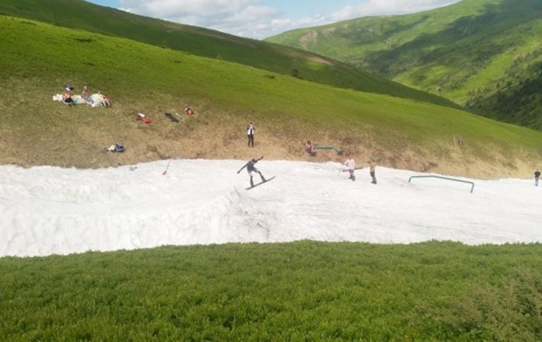 A Kárpátokban most egyszerre tudnak síelni és napozni a turisták