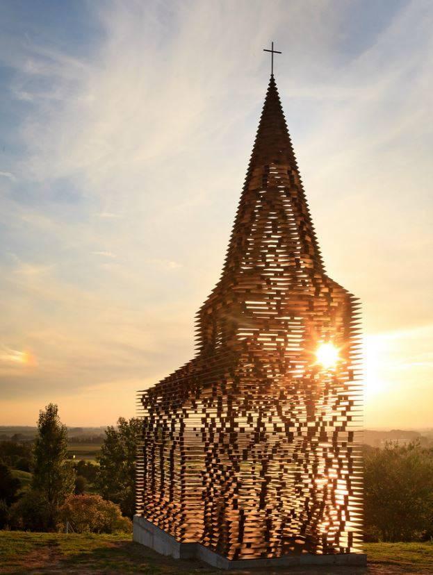 Egyszerűen lenyűgöző, amit a két belga építész megálmodott! Az acéllemezekből összeállított struktúra minden szögből más arcát mutatja.
